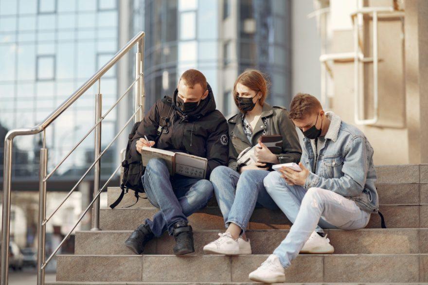 Ljudi uce na stepenicama sa maskama na licu